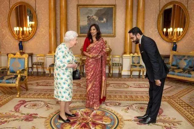 ·3月10日,女王接見斯里蘭卡高級官員薩羅亞西里塞納與其丈夫蘇達思塔帕赫瓦時,並沒有依照慣例和他們握手問候,而是相隔較遠距離互相鞠躬問候。