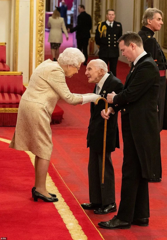 ·3月4日,女王在出席授銜儀式時破天荒地戴上了手套。