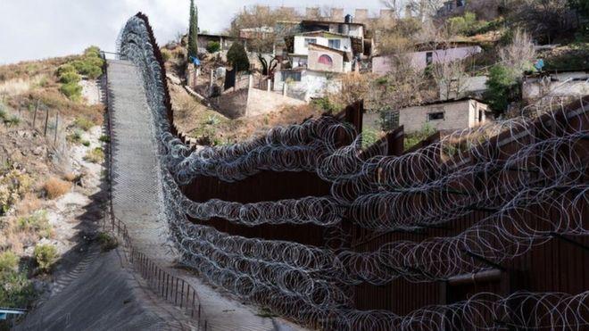 """墨西哥示威者封锁美墨边境 举牌告诉美国人""""待在家里"""""""