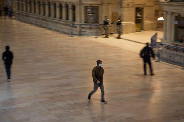 3月26日,一名戴口罩的男子走在纽约曼哈顿中央车站内。新华社发