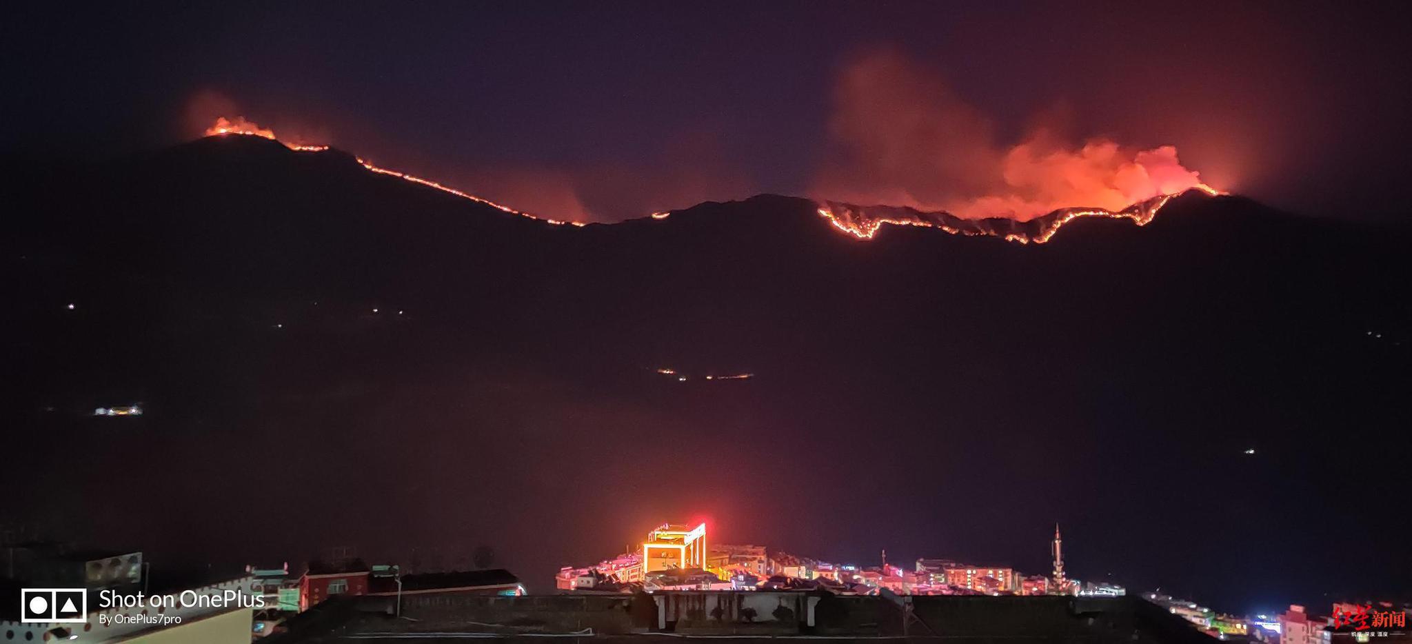 四川木里县发生森林火灾 县城居民:可见延绵明火图片