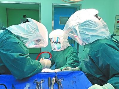 老人脑出血等不及核酸检测结果  医生戴三层手套手术