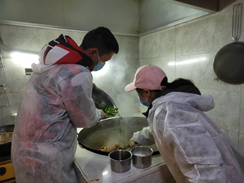 """利川""""盒饭哥"""":每天为一线防疫人员提供百份免费午餐图片"""
