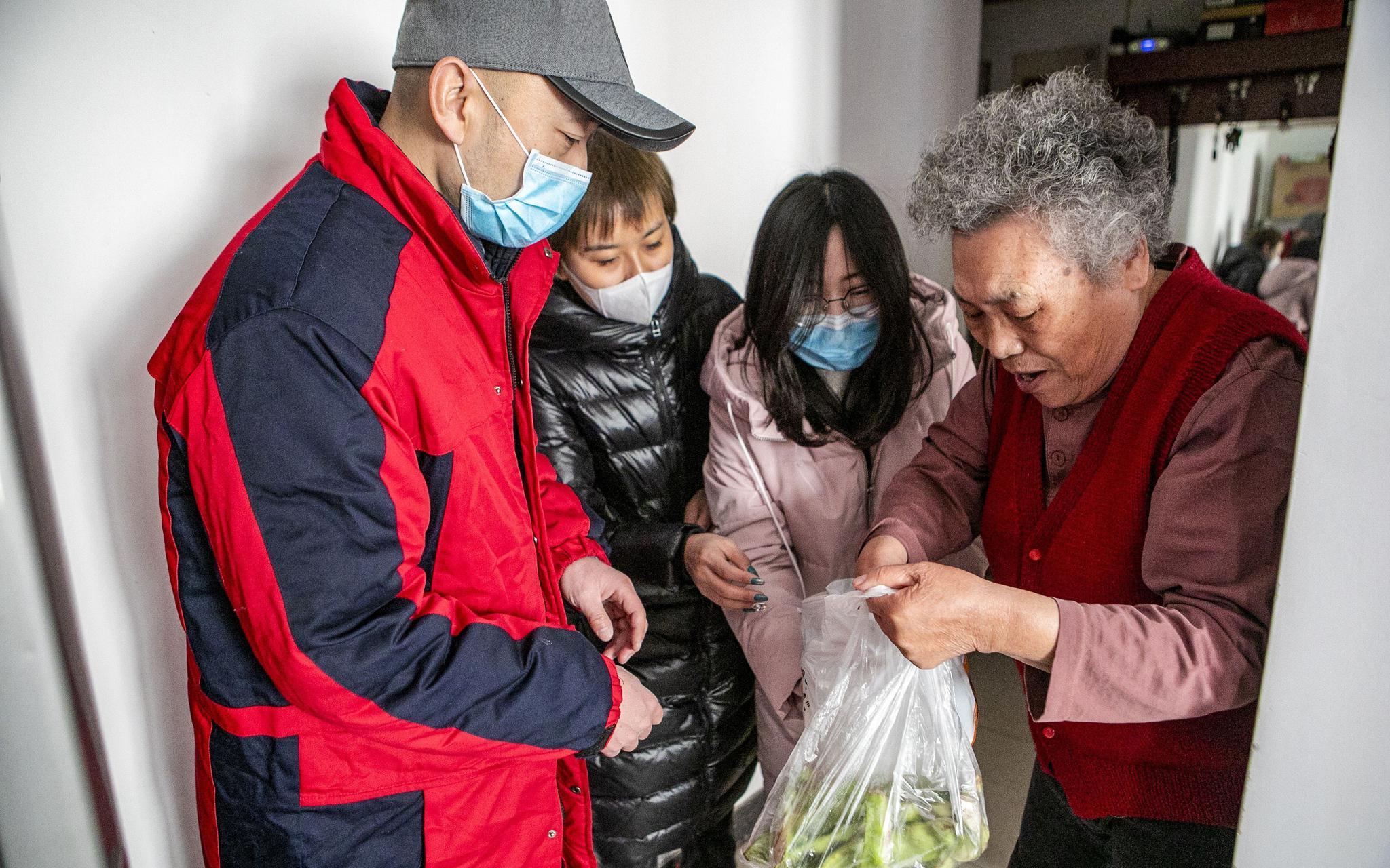 忠实里社区纪委书记李琳:为孤寡老人上门送口罩和蔬菜图片