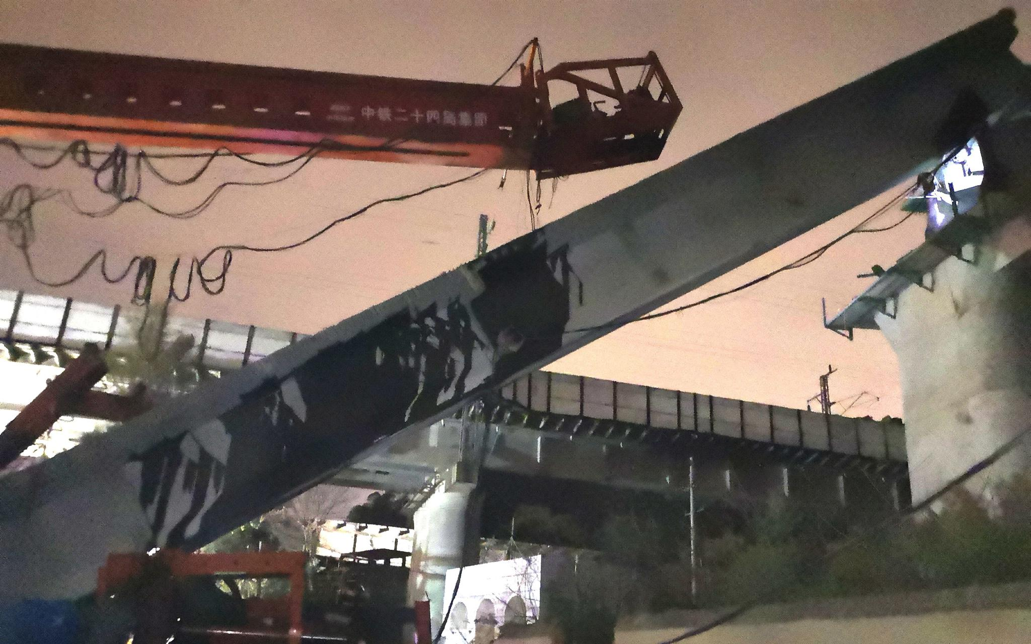 蓝冠,州塌桥事故现场梁体倾斜与蓝冠地面成45图片