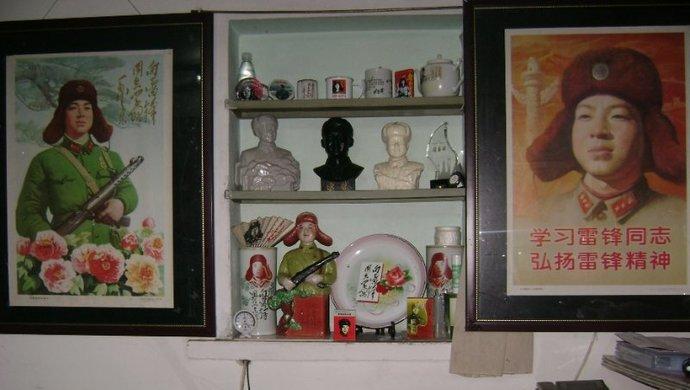 """上海""""雷锋迷""""40年收集雷锋藏品万余件:""""活着的时候,他就是先进人物""""图片"""