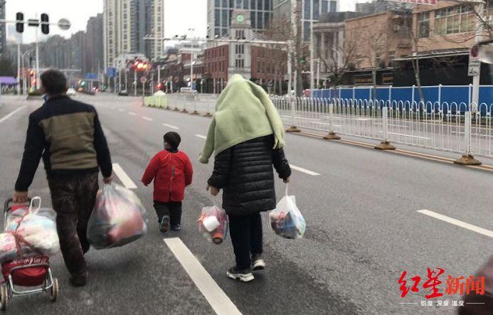 一家四口脱离华南海鲜市场,图据红星新闻
