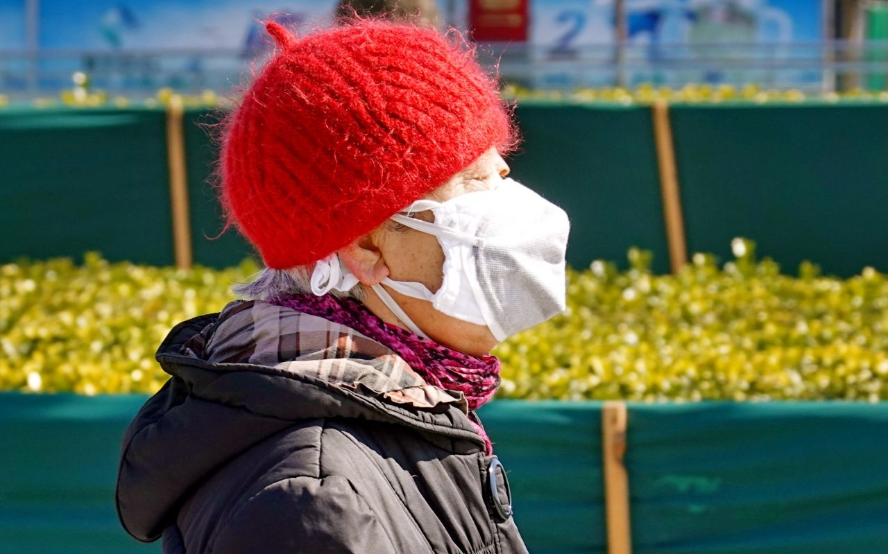 「蓝冠」不住蓝冠春天丽日风和市民戴口罩图片