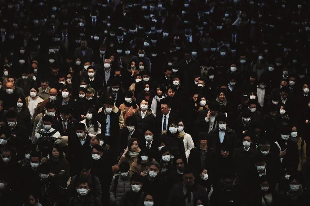 2月8日,日本东京地铁品川站,早高峰的乘客们。图/ 法新