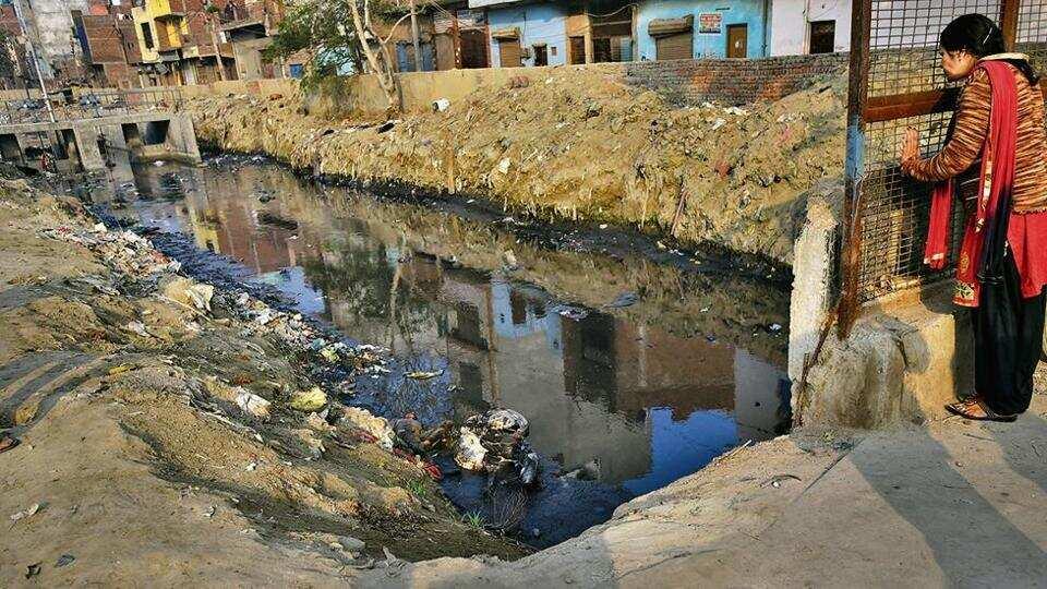 印度首都一排水渠现11具浮尸(图源:《印度斯坦时报》)