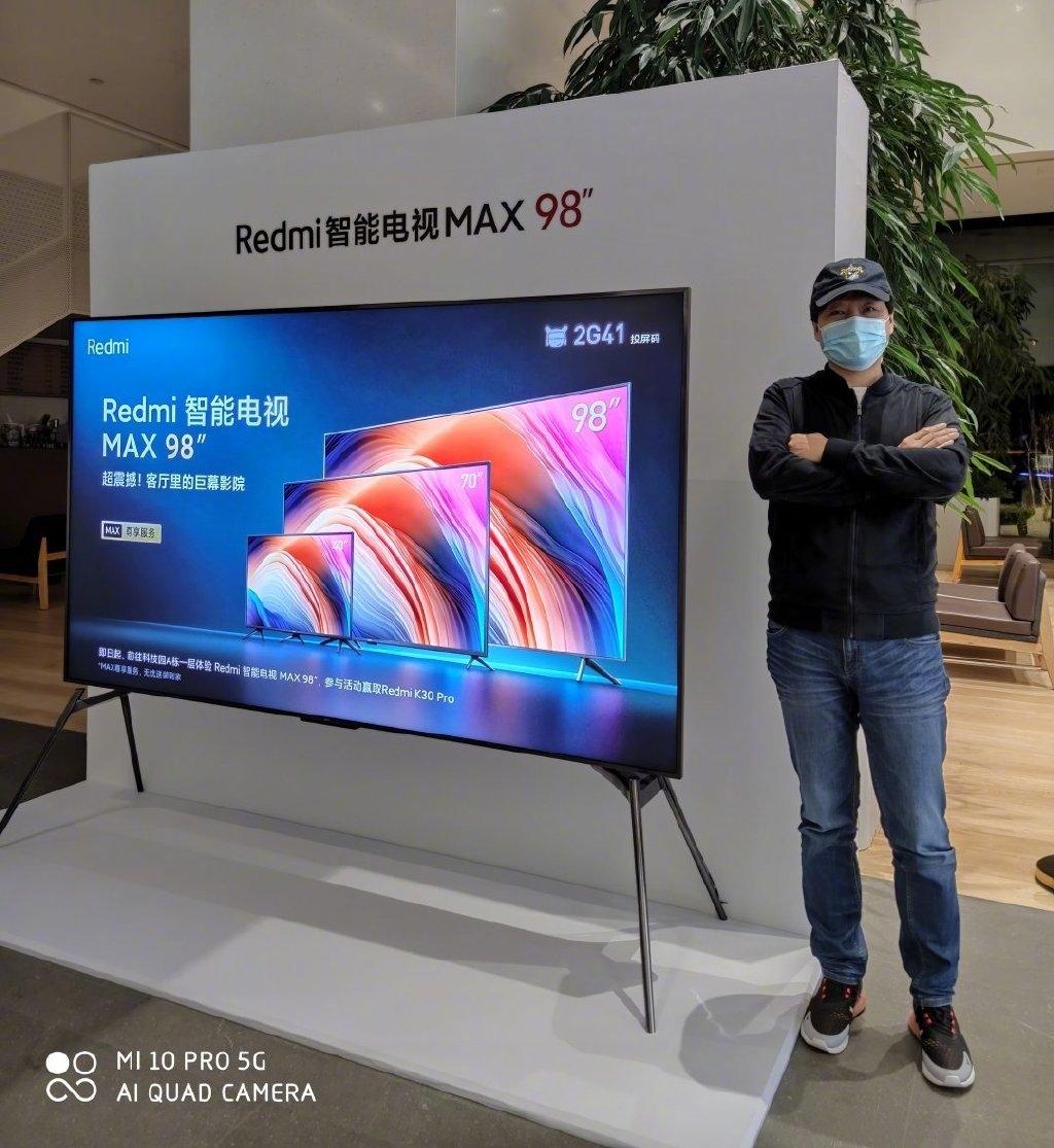 雷军展示与98英寸Redmi智能电视MAX的合影