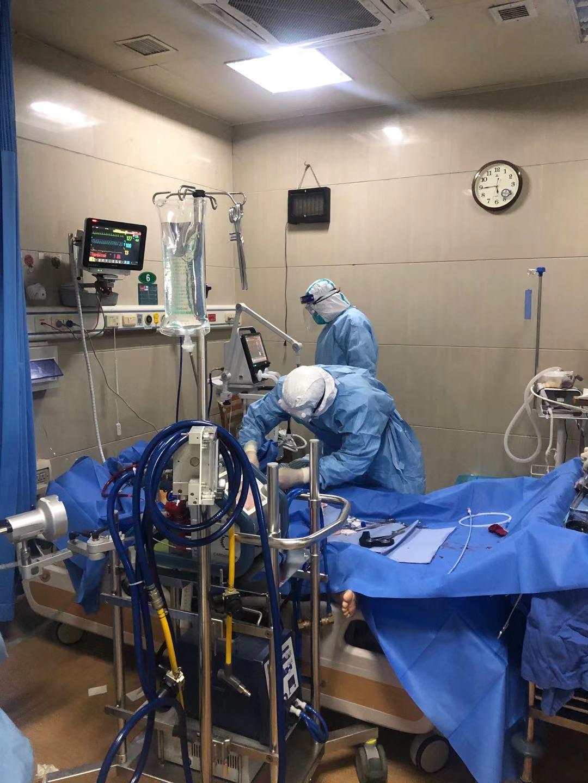 夏剑正在救治患者。 受访者供图