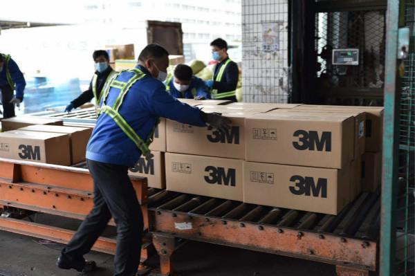 图说:上海市政府捐赠给韩国的50万只口罩快速通关上海海关供图