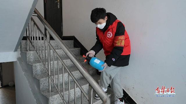 母子同心齐力断金——访十八坊社区网格员王艳红与儿子在抗疫一线的故事