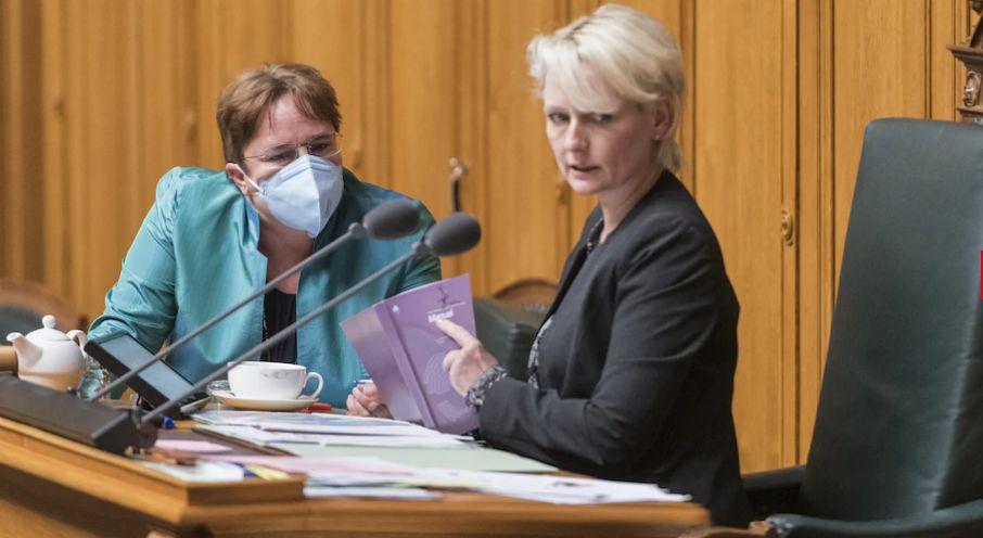 (左:瑞士人民党议员布劳赫,右:国民院议长茉蕾特)