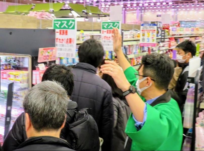 ↑日本民众排队购买口罩 图据《每日新闻》