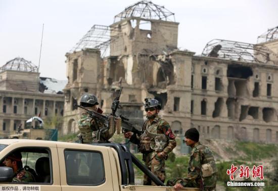 资料图:阿富汗议会建筑遭到塔利班武装分子发射的爆炸物袭击。