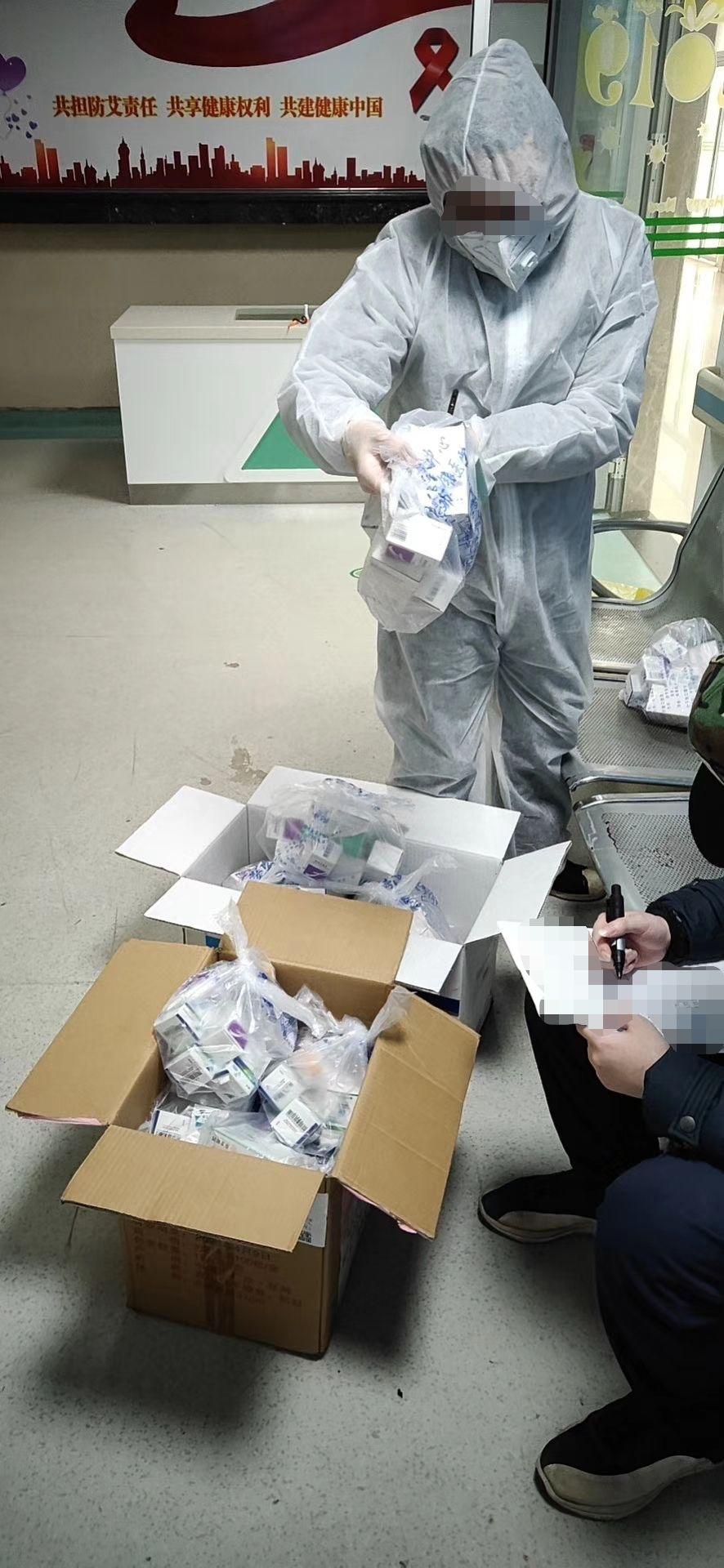 疫情下的艾滋病患者:志愿者代领、邮寄解决断药危机图片