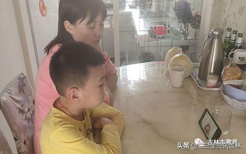 """桦甸市向阳小学组织学生观看""""时事新闻课"""""""