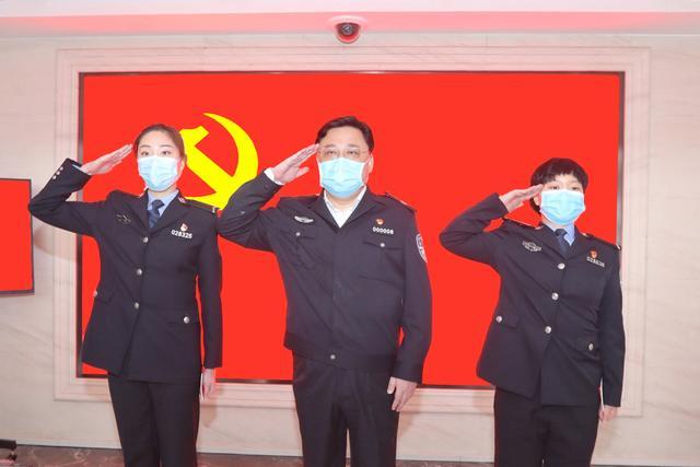 """武汉公安突击队两名""""95后""""女民警火线入党图片"""