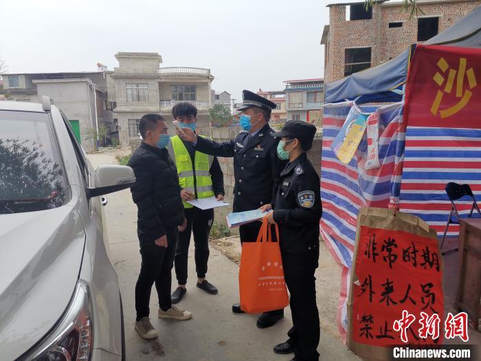 图为陈芳铭驻村防控。受访者提供