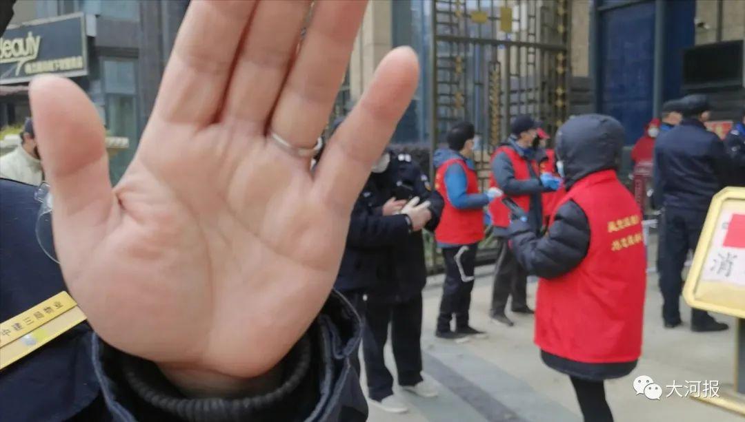 ▲警察、小区保安等安保人员禁止入内,并阻挡拍照