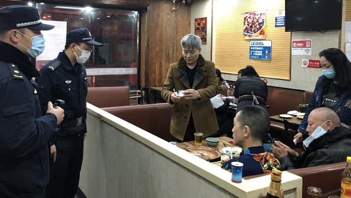 [蓝冠]个韩国人深夜蓝冠在店里撸串我们这样提图片