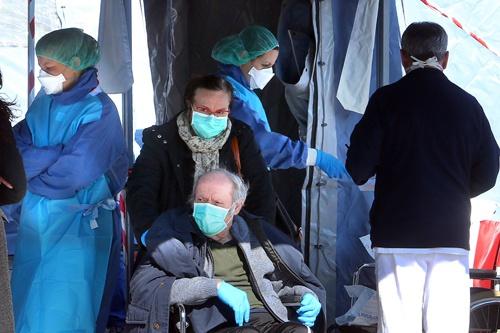 意大利帕多瓦医院的医护人员6日为人们做关于新冠状病毒的拭子检测(欧洲新闻图片社)