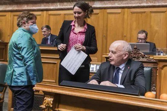 ▲这名女议员是当天唯一戴口罩出席会议的议员,图源:《一瞥报》