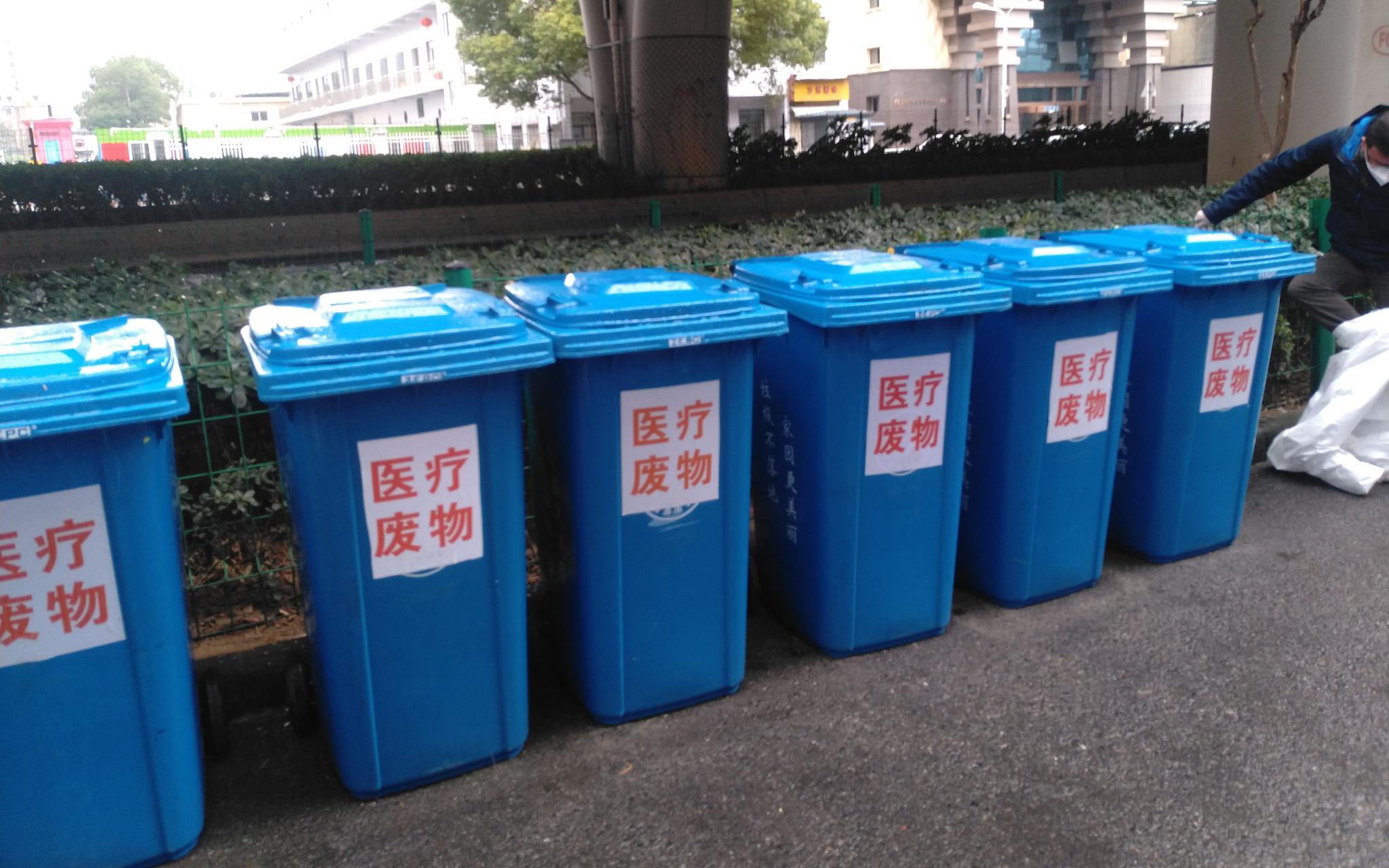 洪山区某出院者隔离点门口的医疗废料专用垃圾桶。 记京报新者 海阳。 摄
