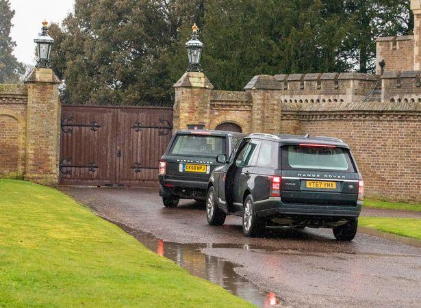 女王车队被关在城堡门口