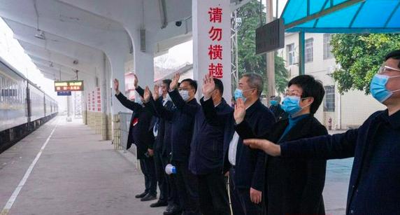市委书记、市长到车站送698名农民工返岗务工图片