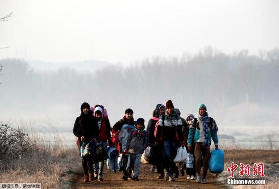 3月1日,在土耳其埃迪尔内省,移民们正在步行前往土耳其与希腊边境。