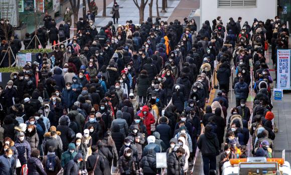 3日,首尔阳川区市民排长队买口罩(韩联社)