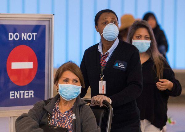 资料图片:当地时间3月5日,美国加州,佩戴口罩的乘客到达洛杉矶机场。(法新社)