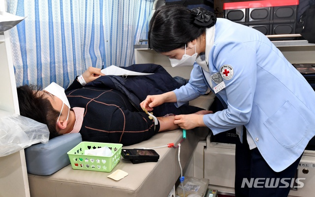 资料图:韩国市民在红十字会站点献血(纽西斯通讯社)