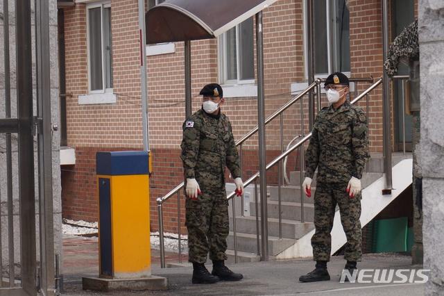 戴口罩的韩国军人(纽西斯通讯社)