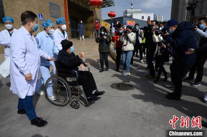 3月9日,太原市第四人民医院收治的86岁新冠肺炎危重症患者张先生治愈出院。 武俊杰 摄