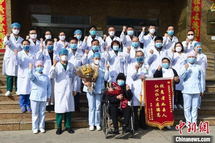 太原市第四人民医院医护人员欢送86岁的新冠肺炎患者张先生出院。 武俊杰 摄