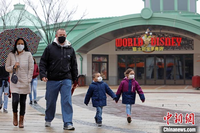 上海迪士尼小镇重新开放后迎来首批游客 迪士尼乐园继续暂时关闭