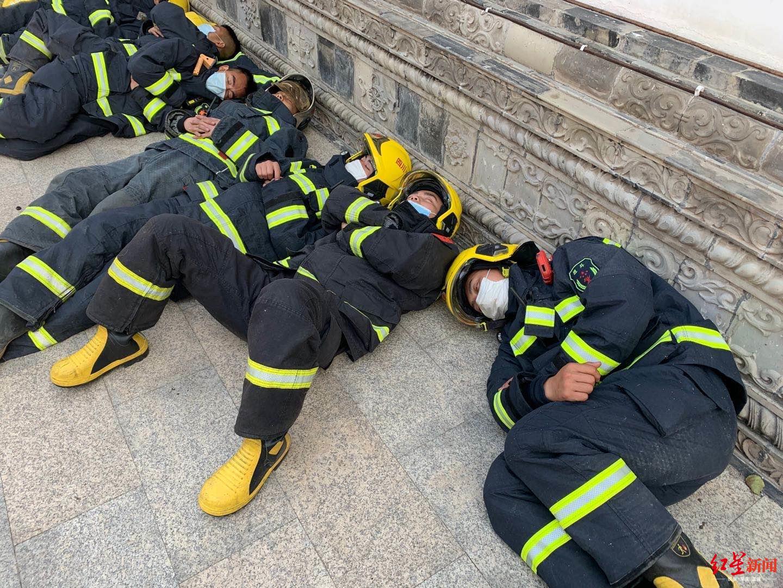 直击西昌森林火灾现场:连续作战,他们累得躺在地上睡着了图片