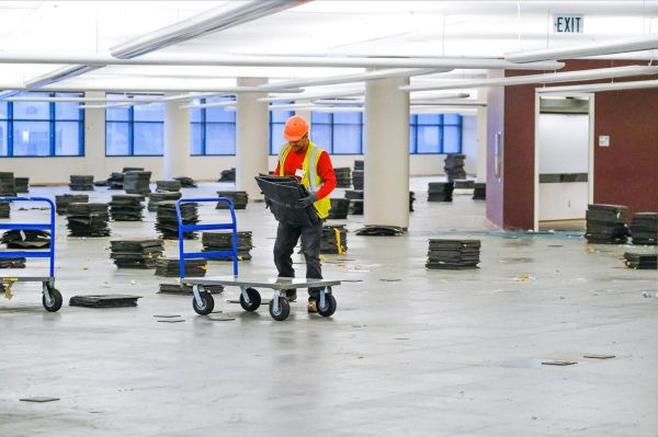 3月29日,一名工人在为改造福特汽车公司厂房以生产呼吸机作准备。(美国《华尔街日报》网站)
