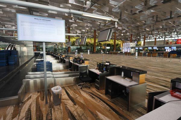 资料图片:3月19日,新加坡樟宜机场的出发大厅内空空荡荡。 新华社发