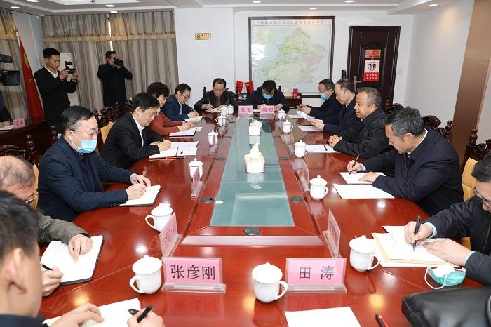 新疆维吾尔自治区党委常委、副主席艾尔肯·吐尼亚孜到乌鲁木齐专员办调研指导