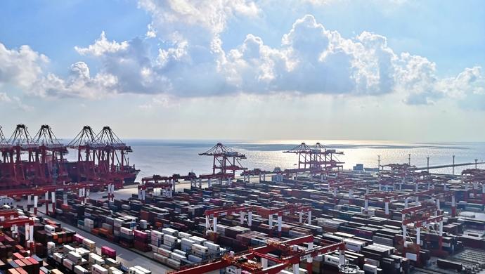 3名外籍伤病船员能够入沪就医,因为洋山港有这一封闭转运通道……图片