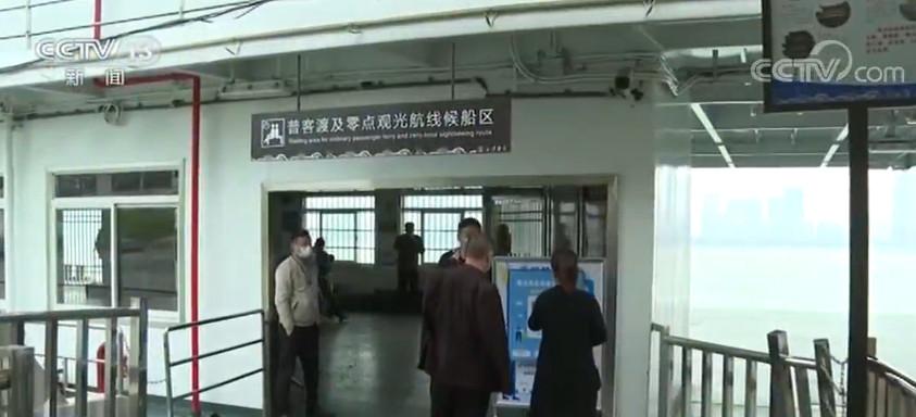 湖北武汉:精准防控 公共交通上下车船扫码图片
