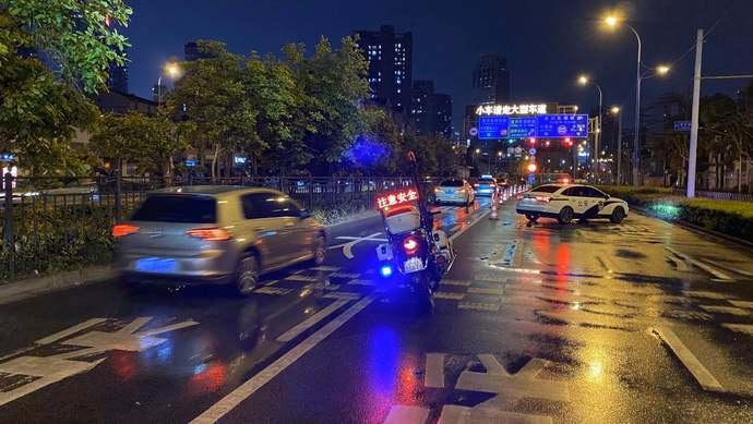 """上海挂出今年首个""""双黄""""预警,复兴东路轮渡停航,非机动车改走隧道渡江图片"""