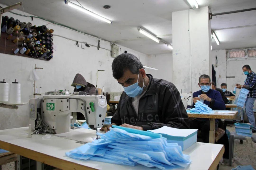 4月13日,在加沙城的一家工厂内,巴勒斯坦工人在生产口罩。新华社发(里泽克摄)