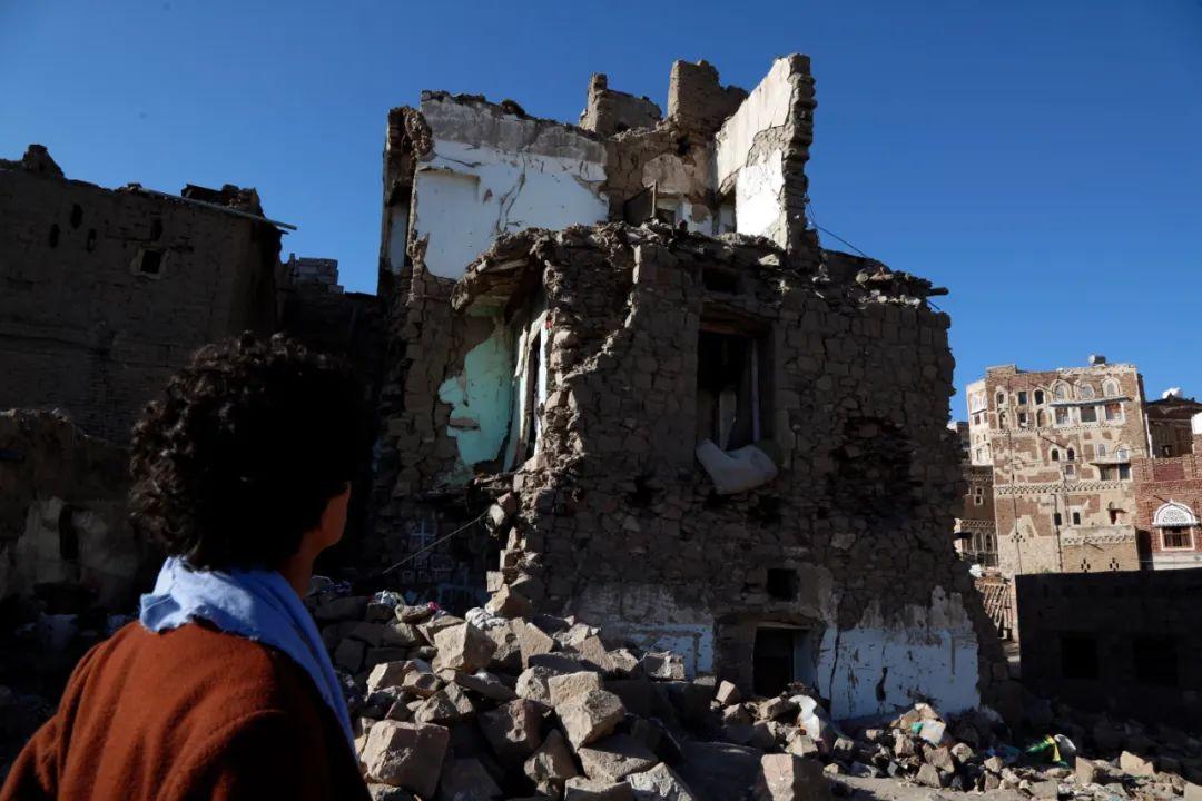 这是4月9日在也门首都萨那拍摄的一处空袭后的建筑废墟。新华社发(穆罕默德摄)