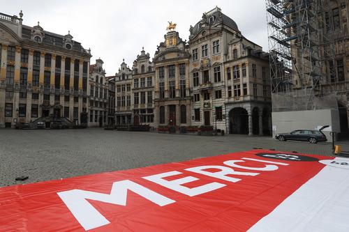 """这是4月13日在比利时布鲁塞尔大广场拍摄的为抗击疫情加油的巨幅海报。上面用法语和荷兰语印着""""一起鼓起勇气""""""""谢谢"""",以感谢市民及医疗人员为抗击疫情所做的努力。新华社记者郑焕松摄"""
